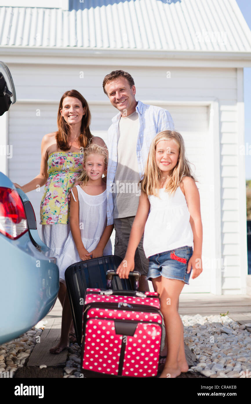 Family loading up car trunk - Stock Image