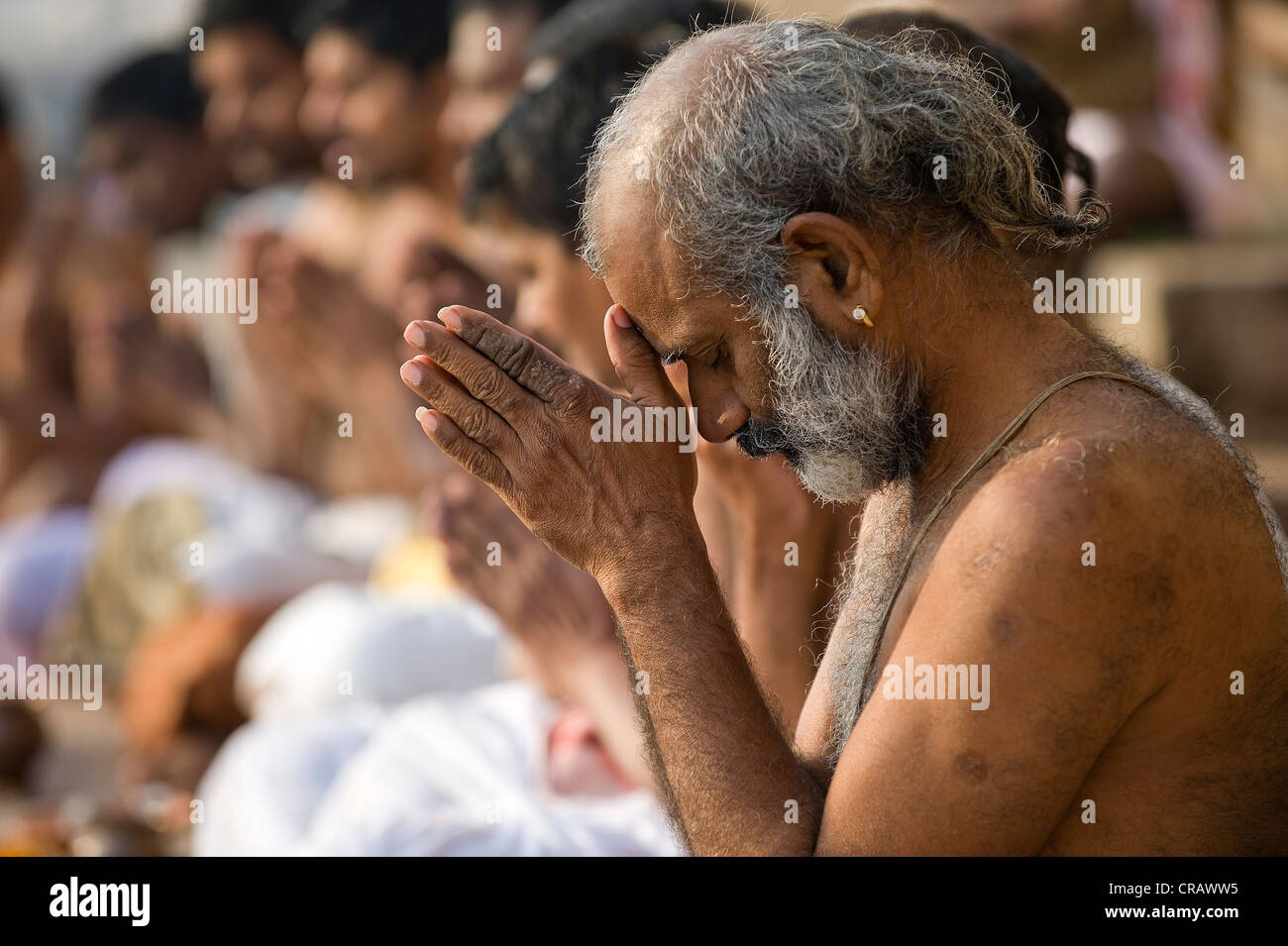 Hindu man at the morning prayer Puja, Ganges, Varanasi, Uttar Stock