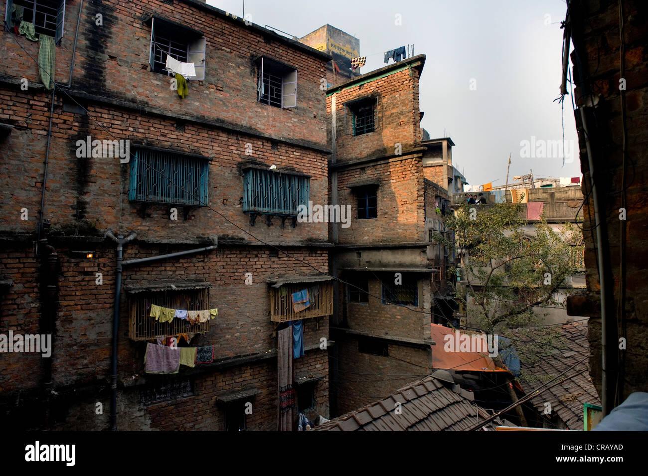Decrepit apartment building, Shibpur district, Howrah, Kolkata, West Bengal, India, Asia - Stock Image