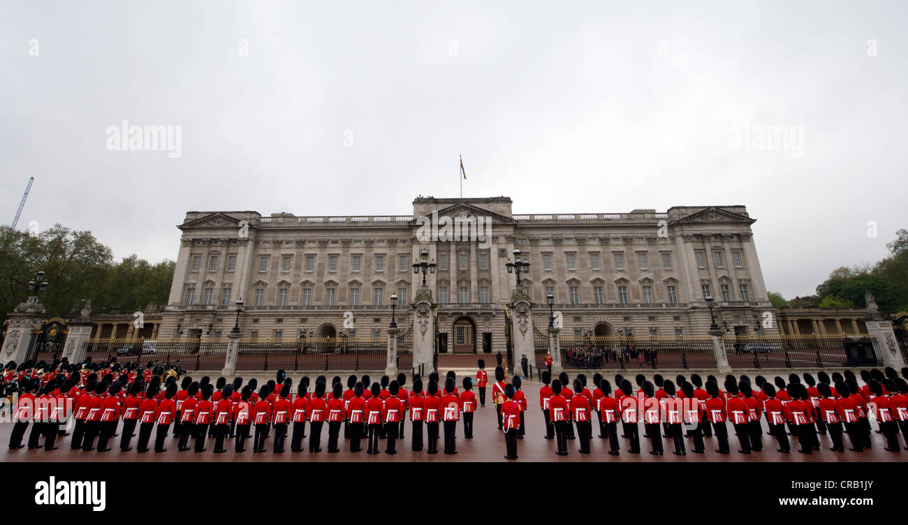 Soldiers on parade outside Buckingham Palace in London 9/5/12 - Stock Image