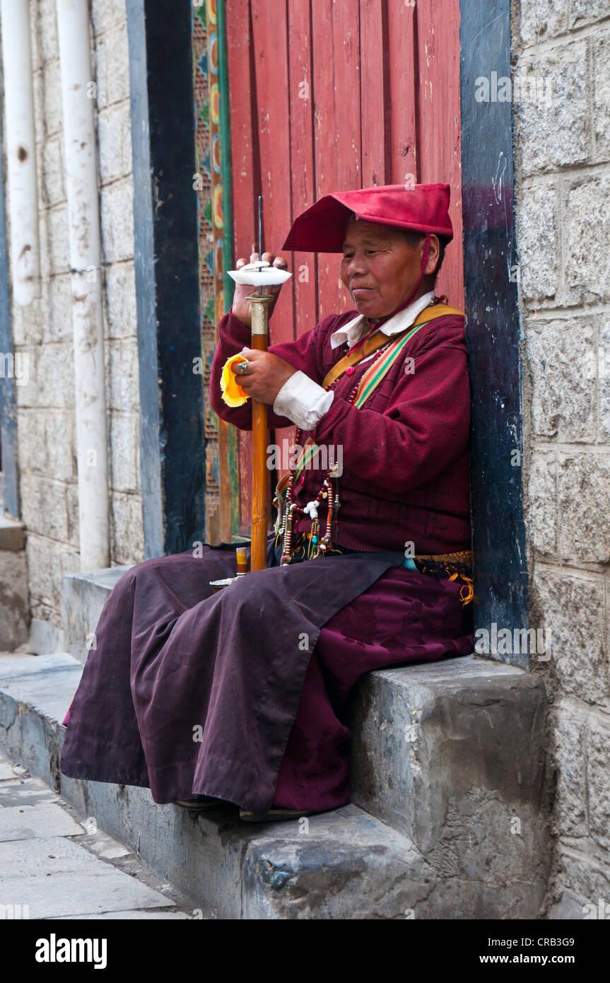 Female monk with a prayer wheel, Lhasa, Tibet, Asia - Stock Image