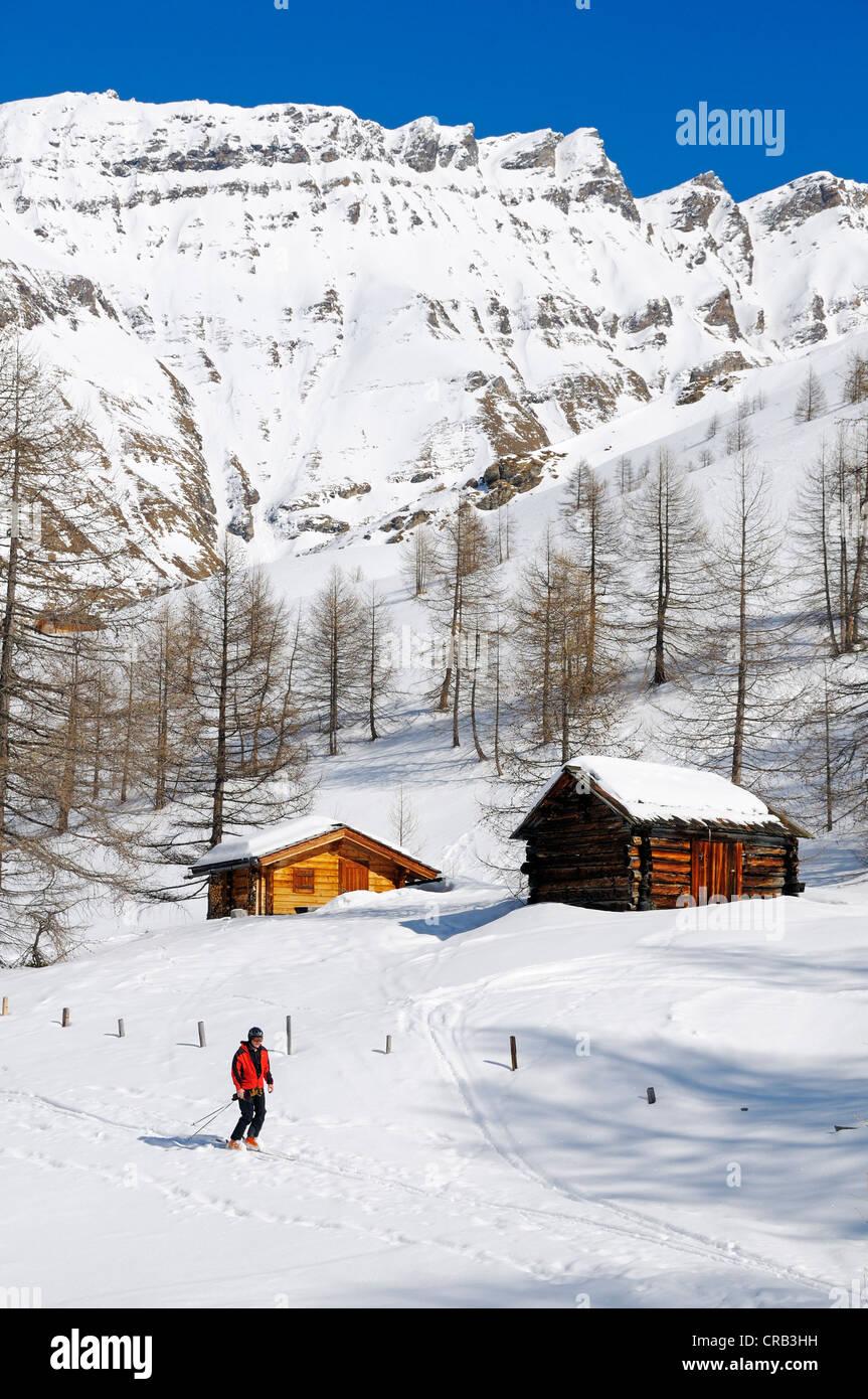 Skiers descending, Grosse Fleisstal valley near Heiligenblut, National Park Hohe Tauern, Carinthia, Austria, Europe - Stock Image