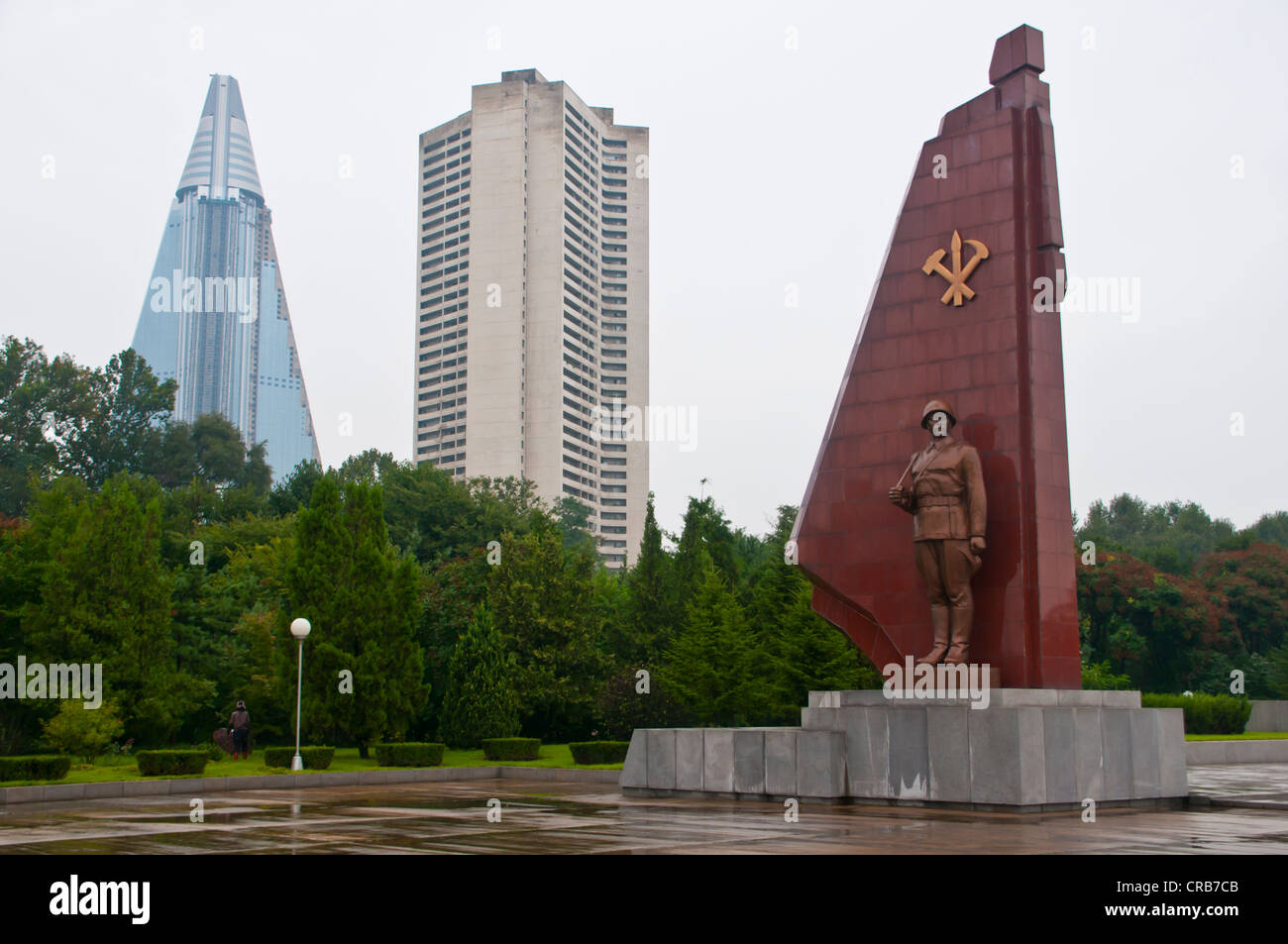 Monument to the Fatherland Liberation War, in front of the unfinished Ryugyong Hotel, the biggest hotel in Pyongyang - Stock Image