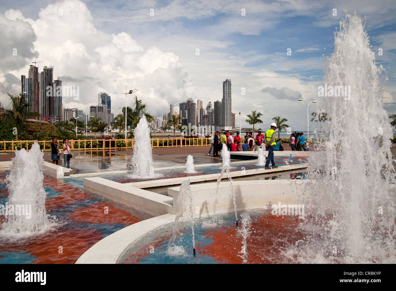 Fountains on the refurbished seafront promenade of Cinta Costera and the skyline of Panama City, Panama, Central - Stock Image