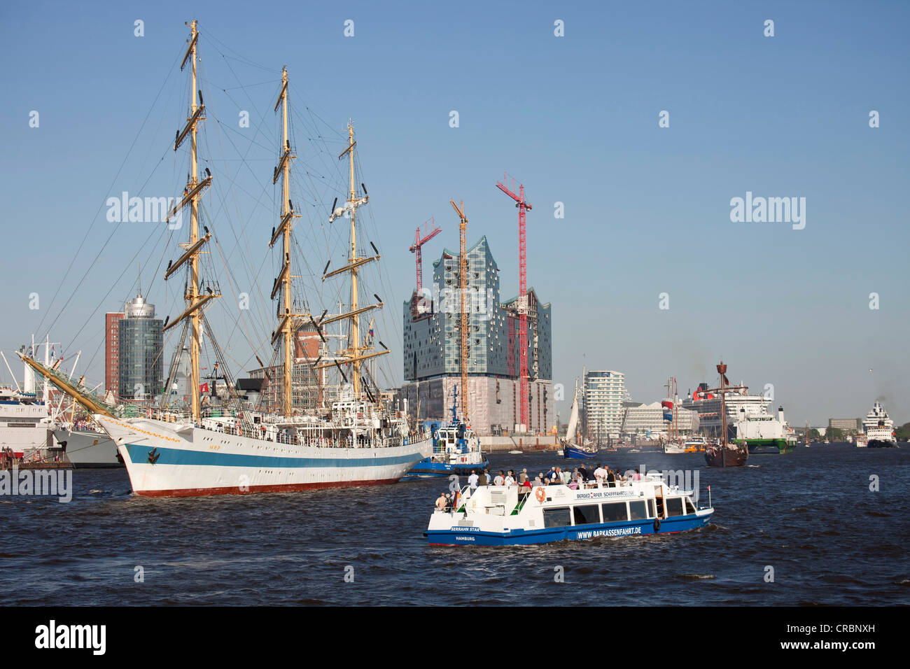 Three-masted Russian ship, Mir, during the parade of ships in front of the construction site of the Elbe Philharmonic - Stock Image