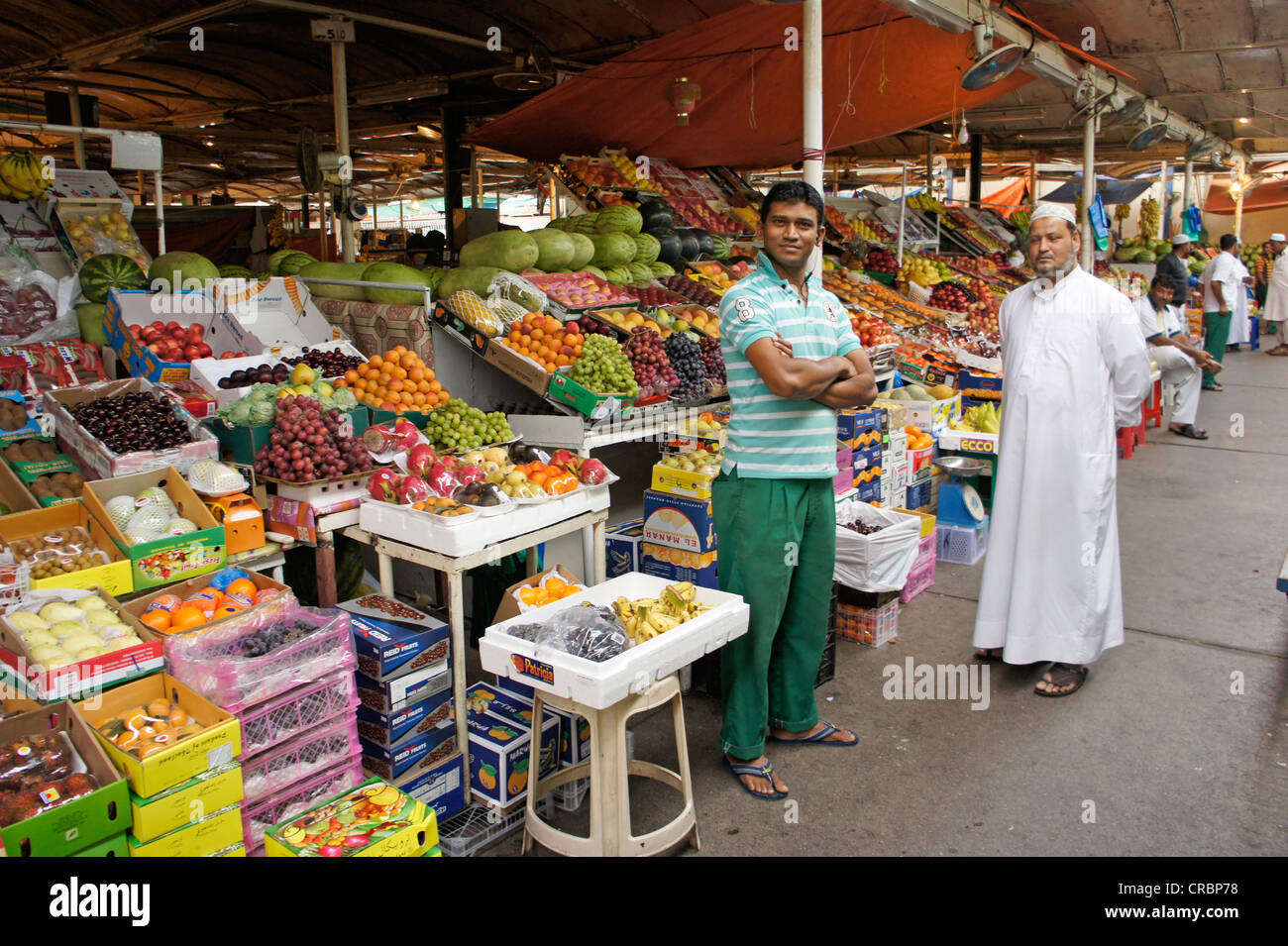 Dealers with fruit and vegetables at the market in Dubai, United Arab Emirates, Middle East, Asia - Stock Image