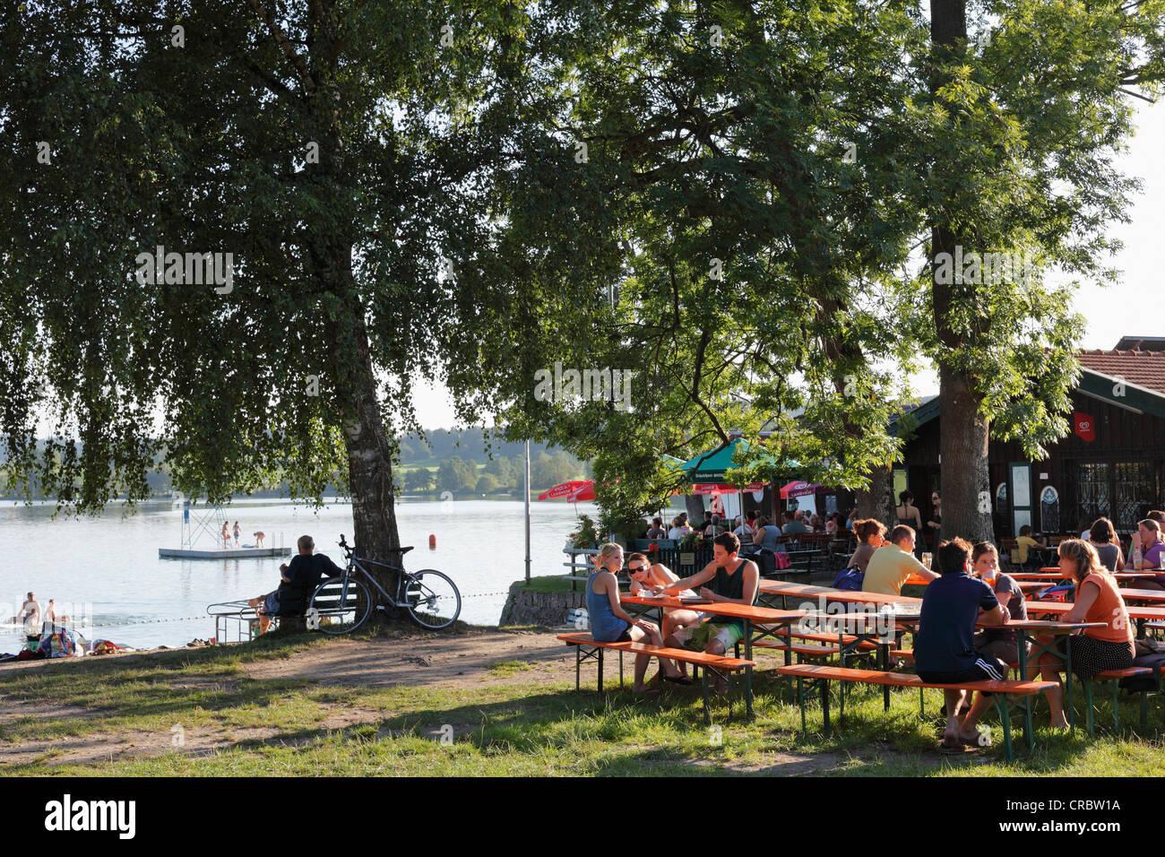 Guests in a beer garden, Strandbad Tengling, Lake Tachinger, Rupertiwinkel, Upper Bavaria, Bavaria, Germany, Europe - Stock Image