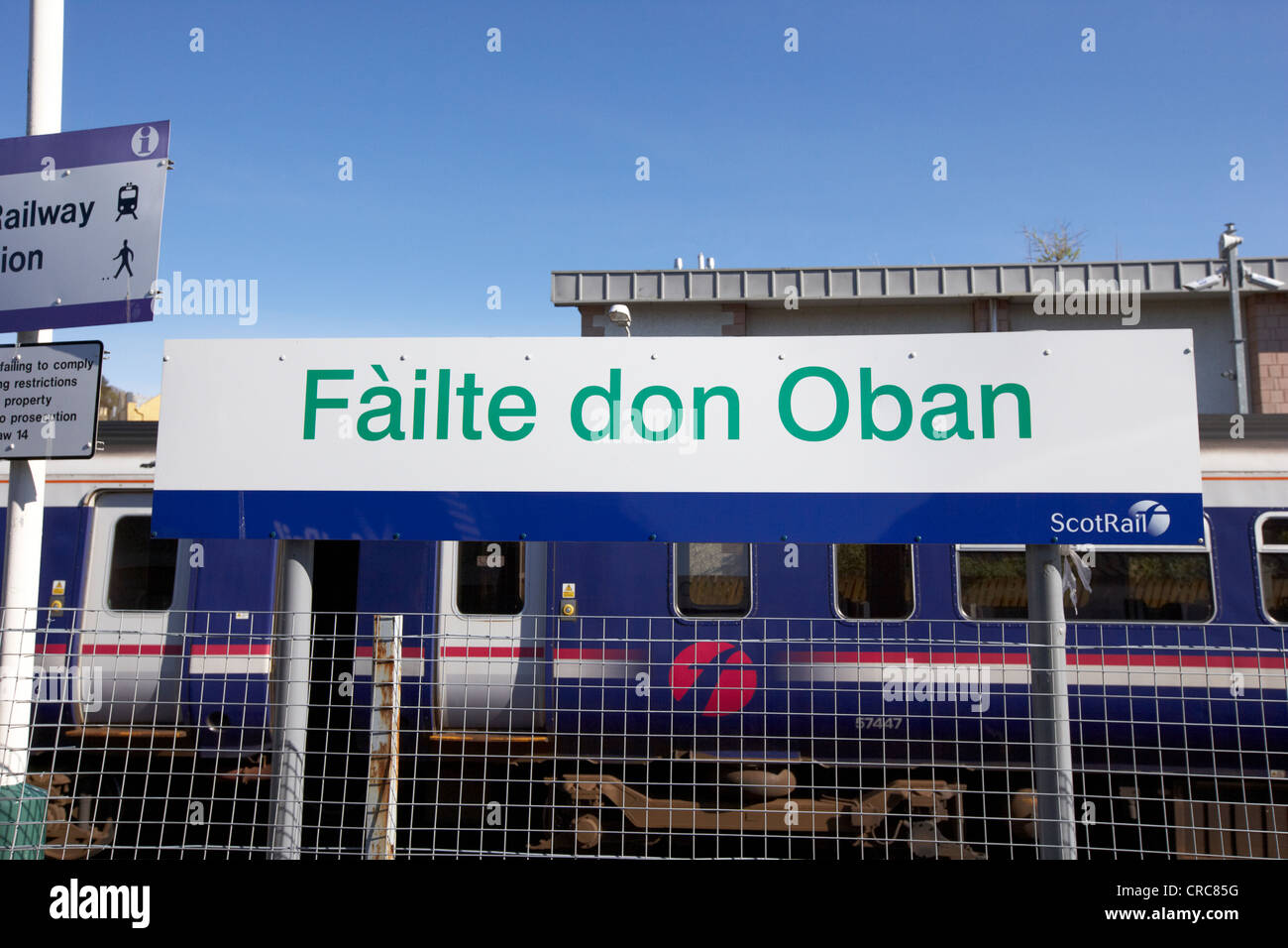 failte don oban welcome to oban in scots gaelic sign at oban train station scotland uk - Stock Image