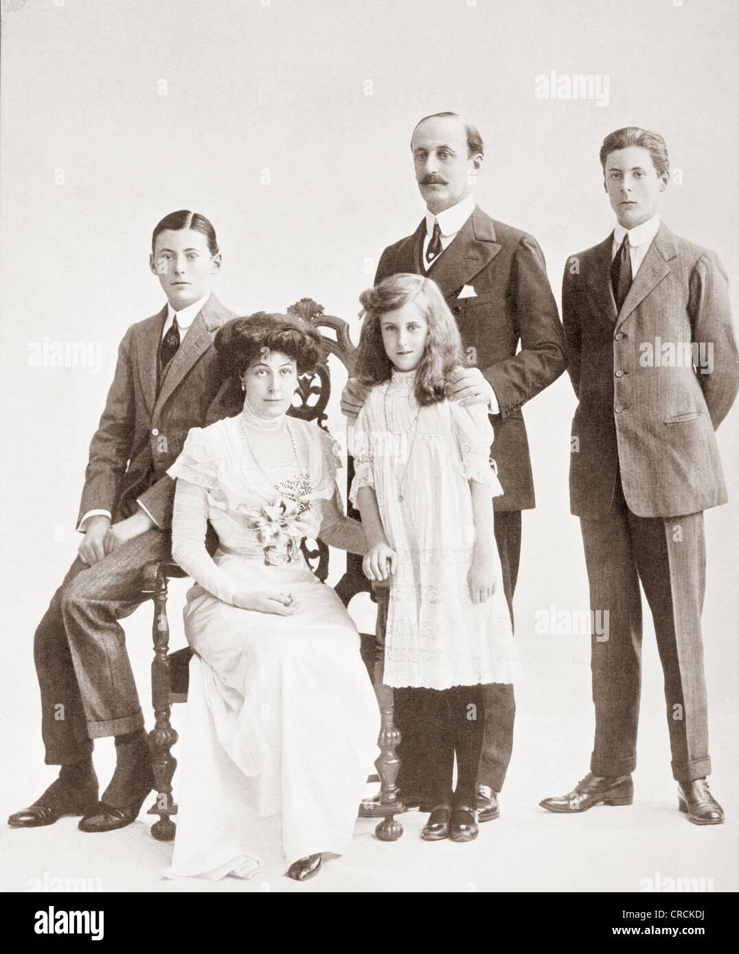 Charles Hardinge, 1st Baron Hardinge of Penshurst, 1858 – 1944. British diplomat, with wife and family. - Stock Image