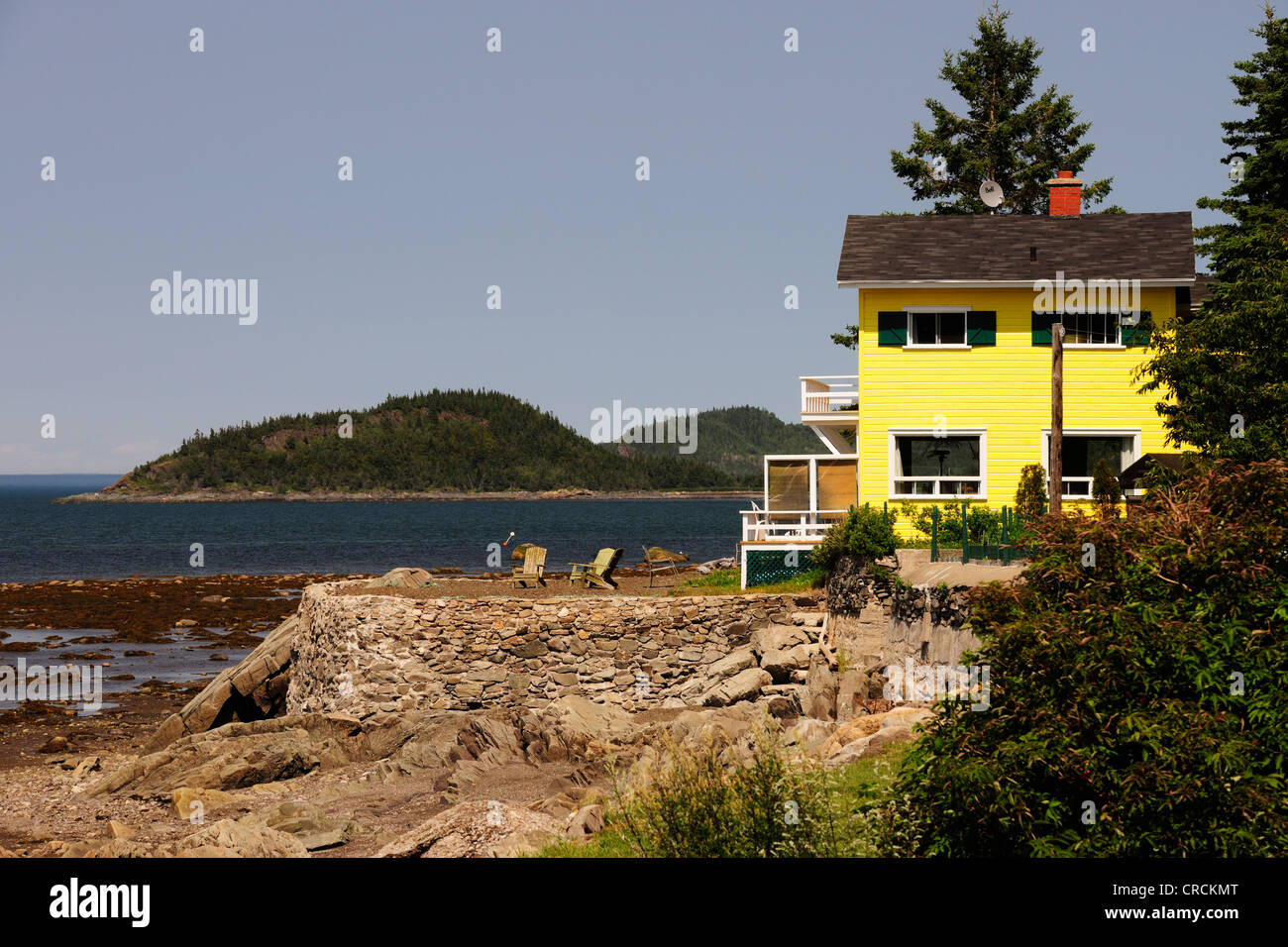 House on the St. Lawrence River, Gaspe Peninsula, Gaspésie, Quebec, Canada - Stock Image