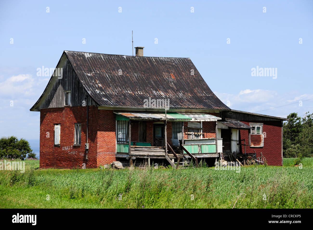 Run-down farmhouse, Gaspe Peninsula, Gaspésie, Quebec, Canada - Stock Image