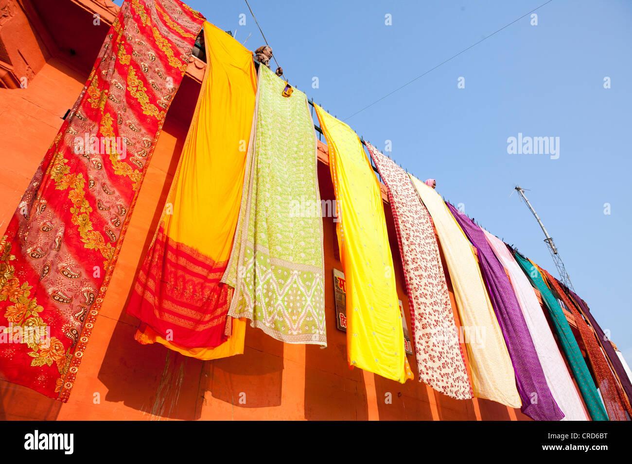 Drying Sari on the wall in Varanasi, Uttar Pradesh, India - Stock Image