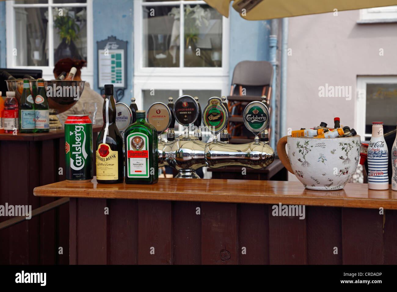 Bar counter on the pavement in Nyhavn, Copenhagen. Draught beer, bitters, etc. for summer refreshments in the popular - Stock Image