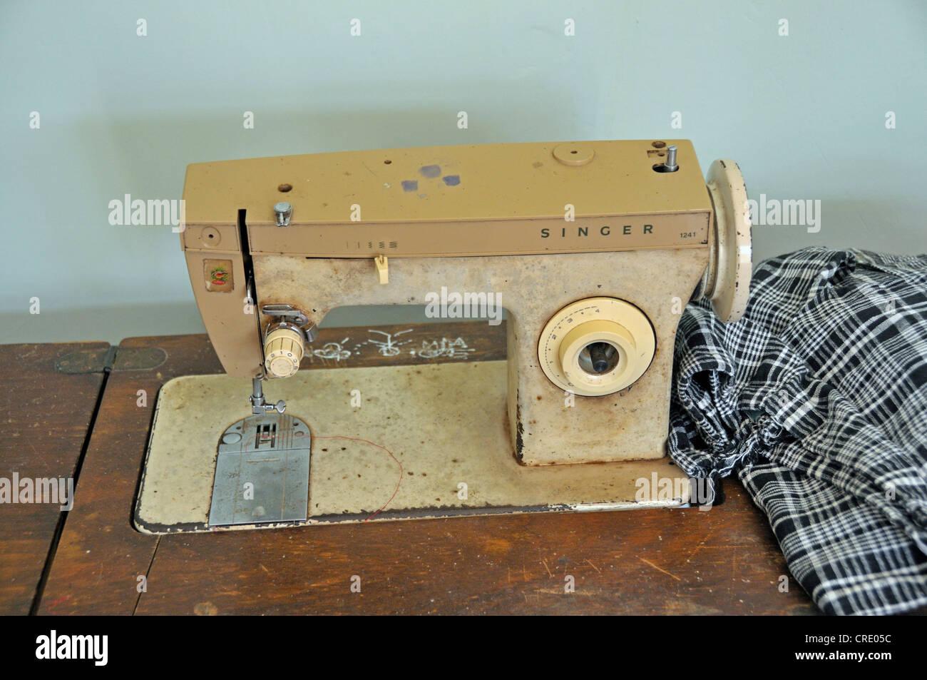 Old Singer Sewing Machine Stock Photos & Old Singer Sewing