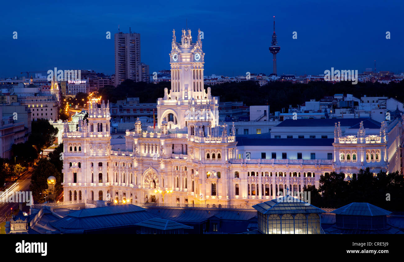 Palacio de Comunicaciones, at night, former headquarters of the postal service, now the Town Hall and City Council - Stock Image