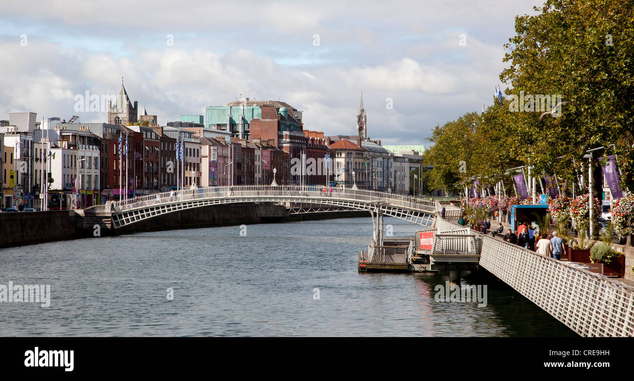 Temple Bar district on the left bank of the River Liffey with Halfpenny Bridge, also known as Ha'penny Bridge, - Stock Image