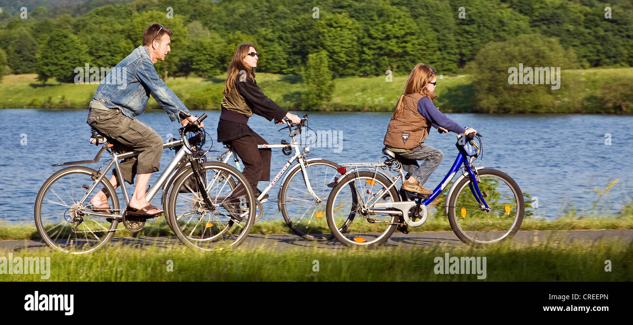 cycling family on the Ruhr-Vally-Cycleway at the Kemnade Storage Lake, Germany, North Rhine-Westphalia, Ruhr Area, - Stock Image
