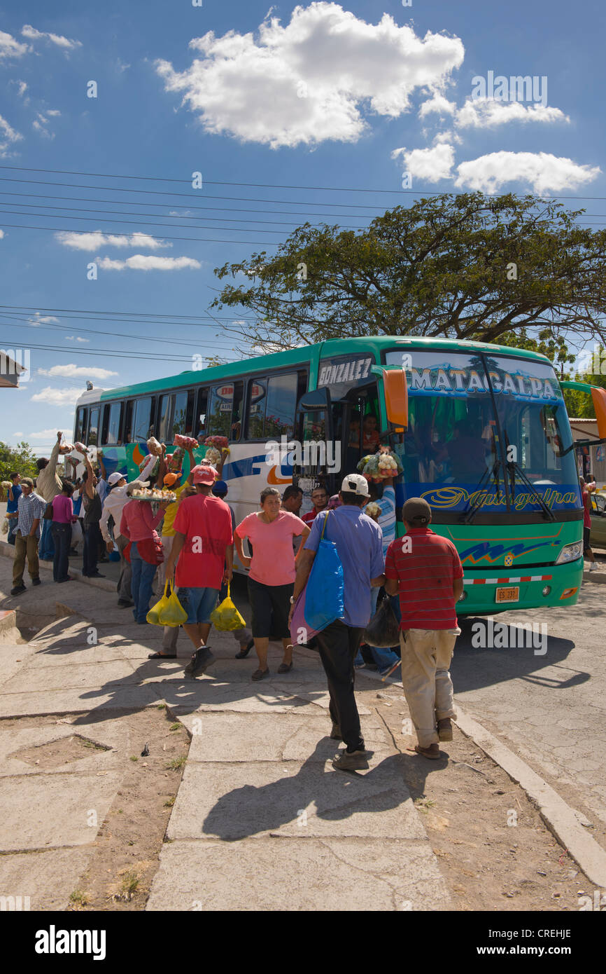 Greengrocers offering their wares to bus travellers, Sébaco, Nicaragua, Central America - Stock Image