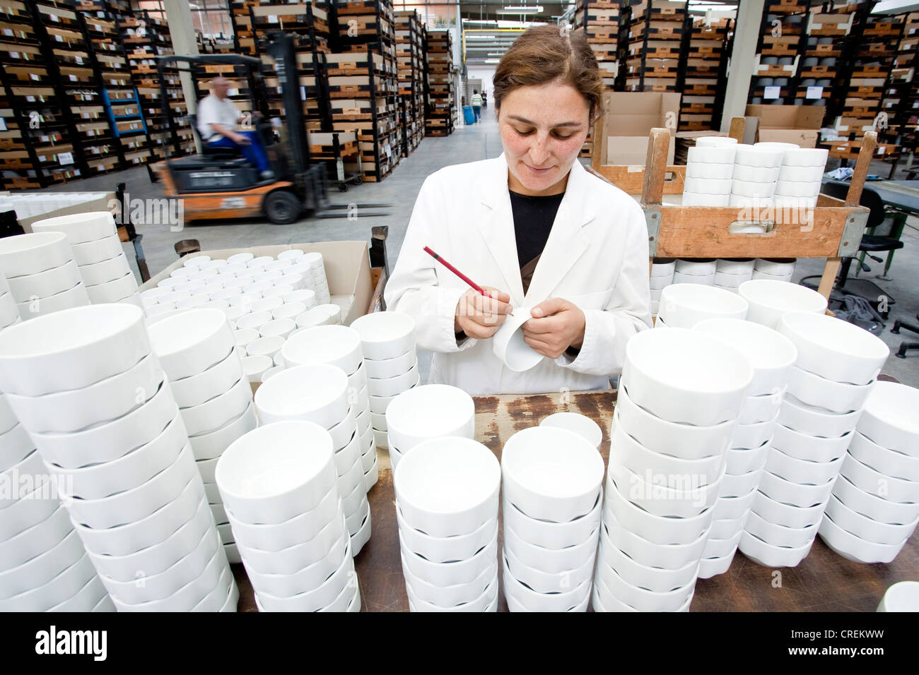 Employee during the final sorting of soup bowls from Rosenthal in the production of tableware at the porcelain manufacturer - Stock Image