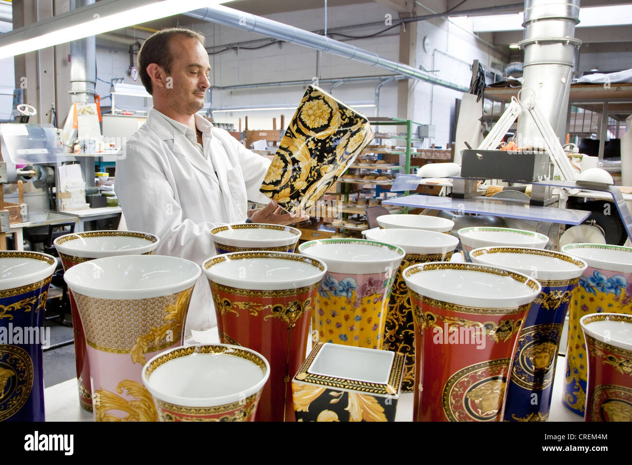Final inspection of a Versace vase after polishing the gold at the porcelain manufacturer Rosenthal GmbH, Speichersdorf, - Stock Image