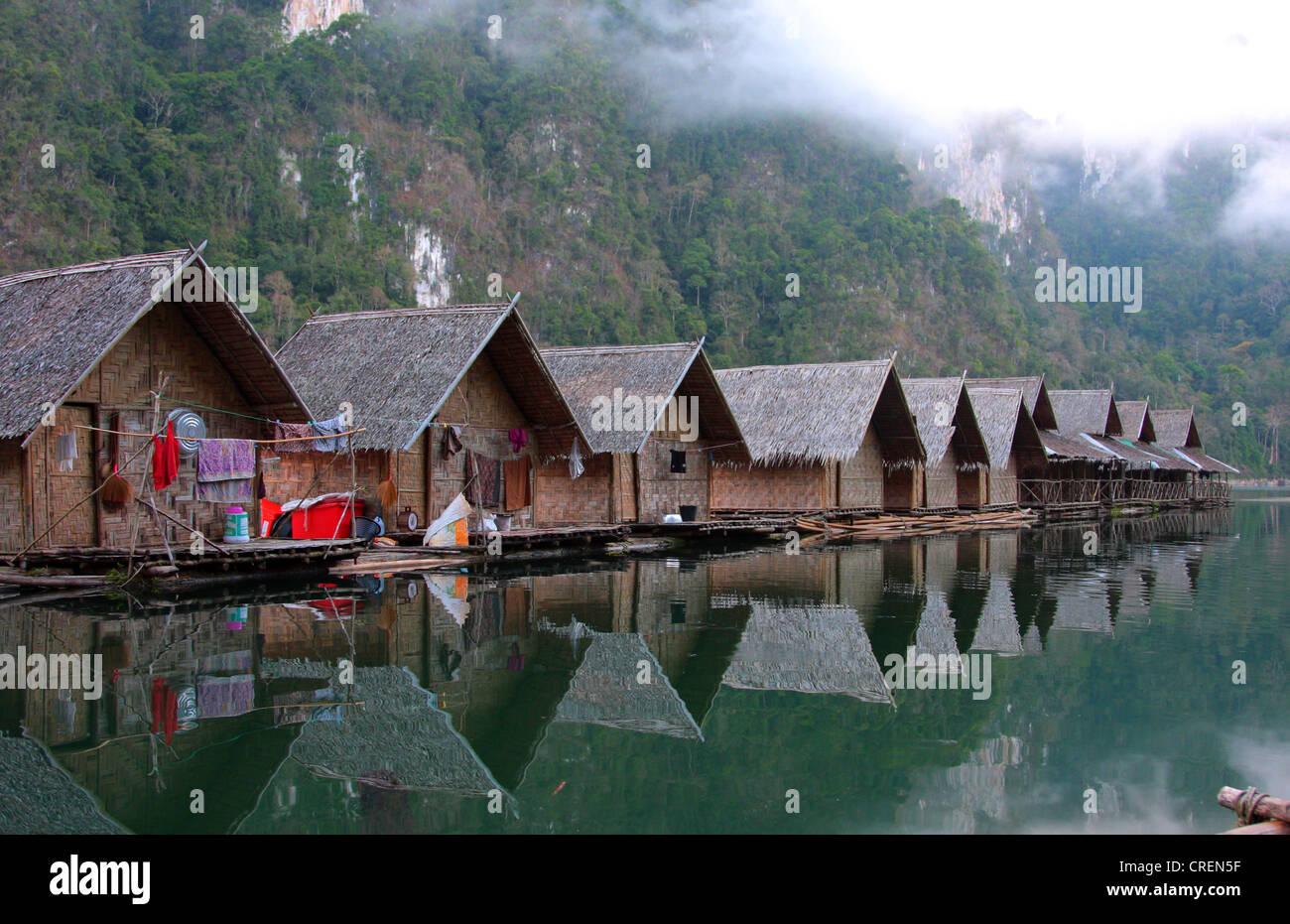 bamboo raft huts at the shore of Lake Rajjaphapa, Thailand, Phuket, Khao Sok National Park, Klong Ka - Stock Image