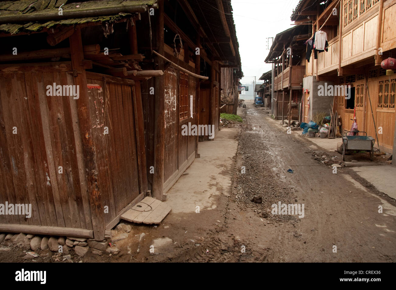 Unpaved street and traditional wooden houses of Chejiang Dong village, Southern China - Stock Image