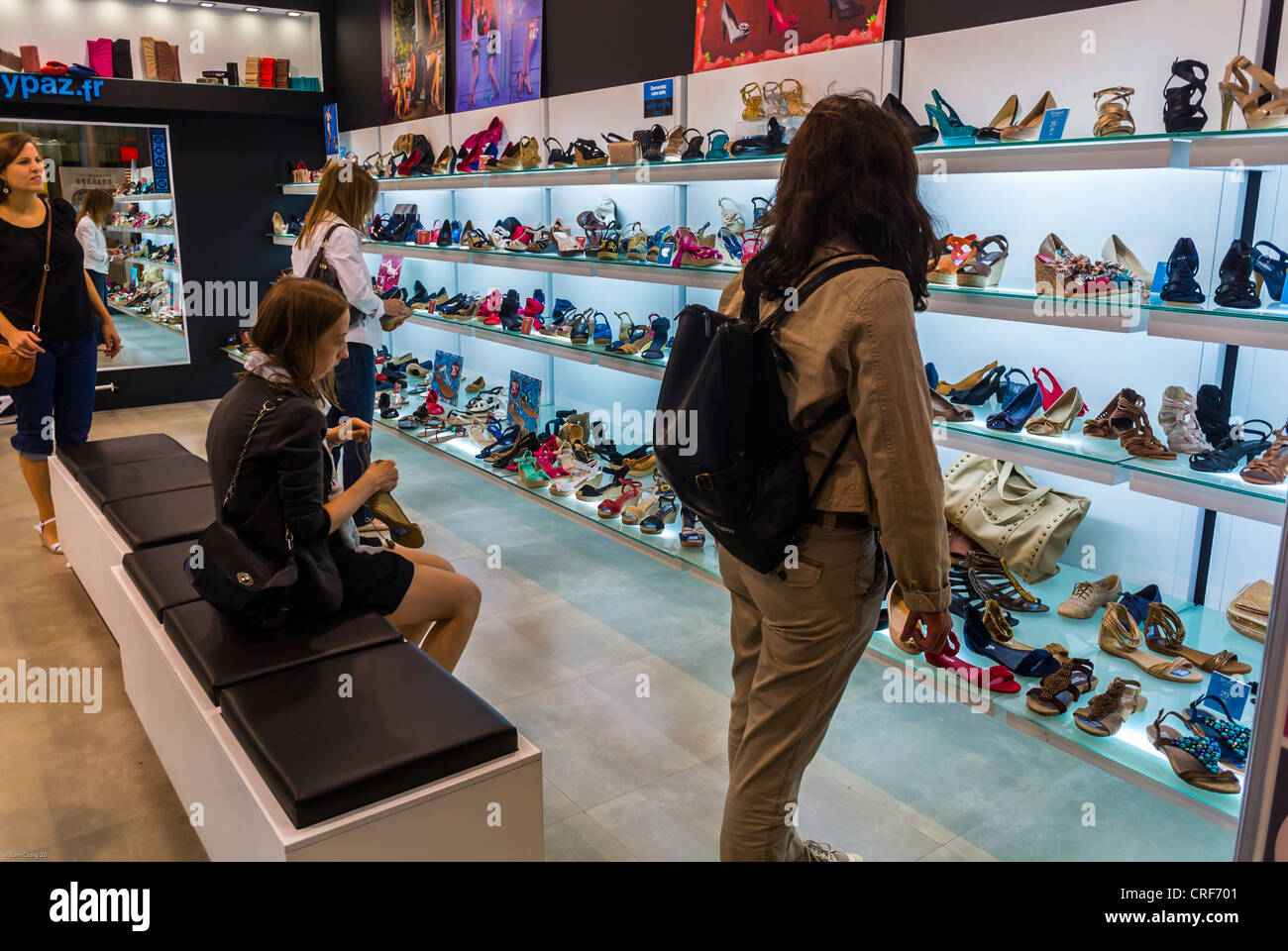 c17097438c1 Womens Shoe Display Shop Stock Photos & Womens Shoe Display Shop ...