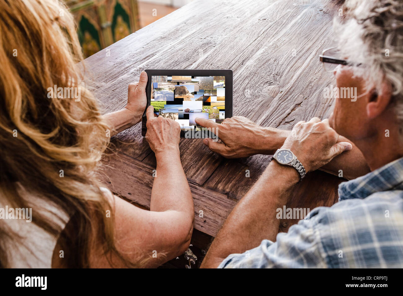 Older couple using tablet computer - Stock Image