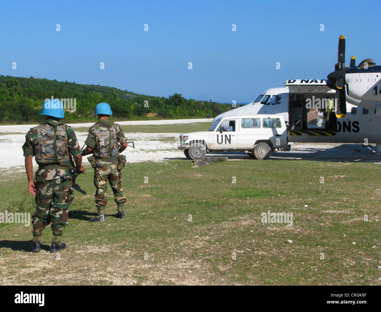 Soldiers of the 'United Nations Stabilisation Mission in Haiti' secure UN aircraft with machine gun and - Stock Image