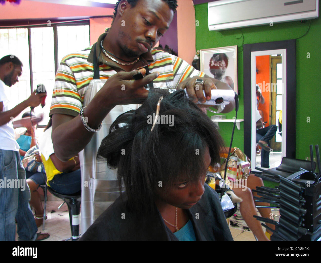 Young black woman and hair dresser in a barber shop, Haiti, Province de l'Ouest, Delmas, Port-Au-Prince - Stock Image