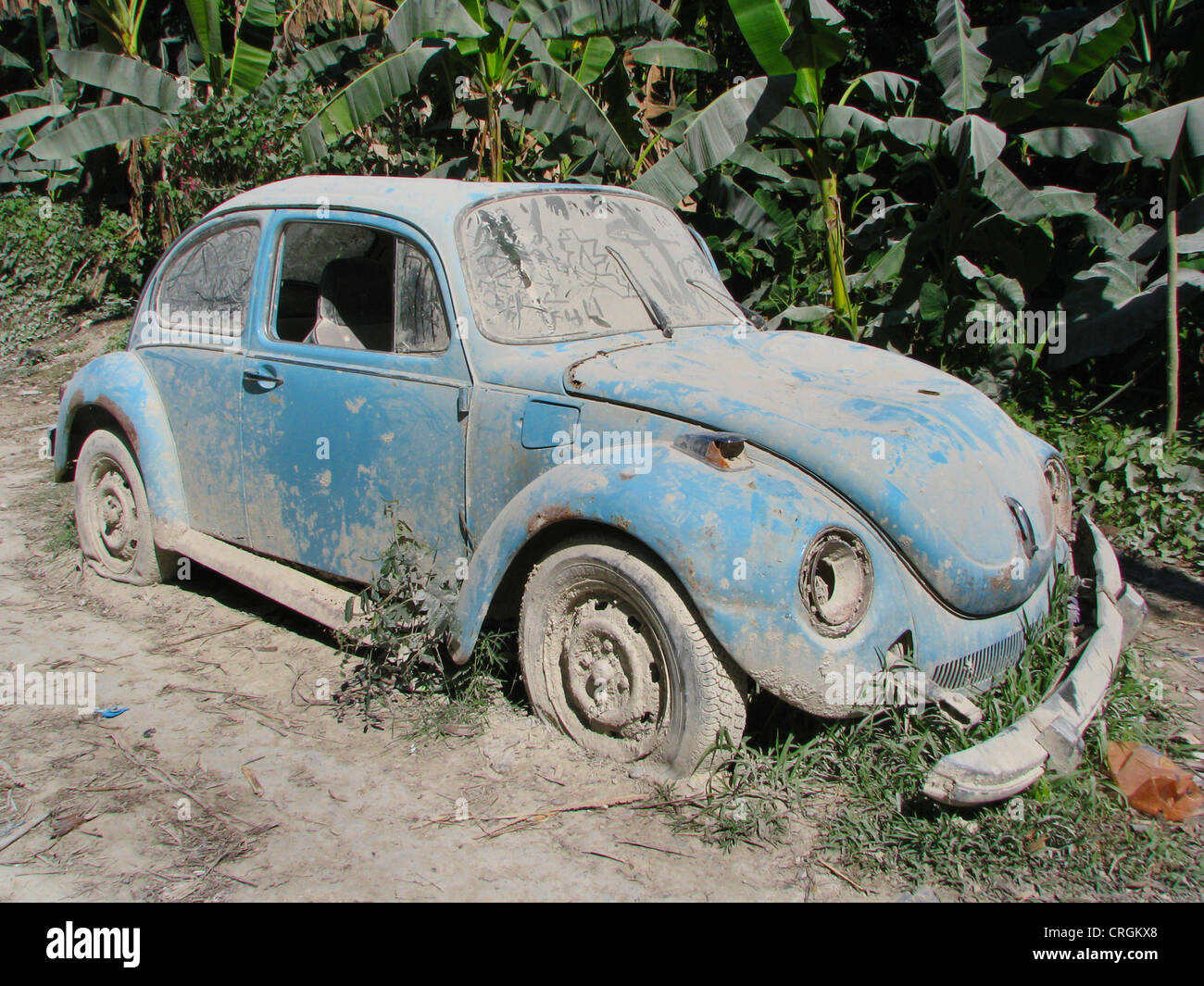 dusty wreck of a VW-Beetle rotting in the great outdoors, Haiti, Grande Anse, Jeremie - Stock Image