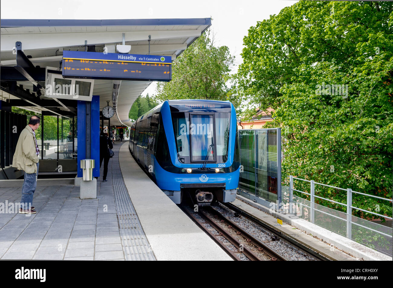 Train stopping at Svedmyra train station, Stockholm - Stock Image