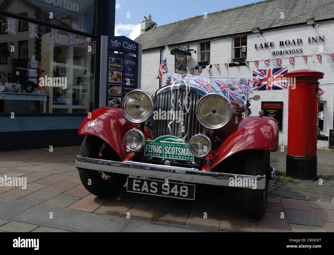 An Old Bentley motor car adorned with jubilee flags - Stock Image