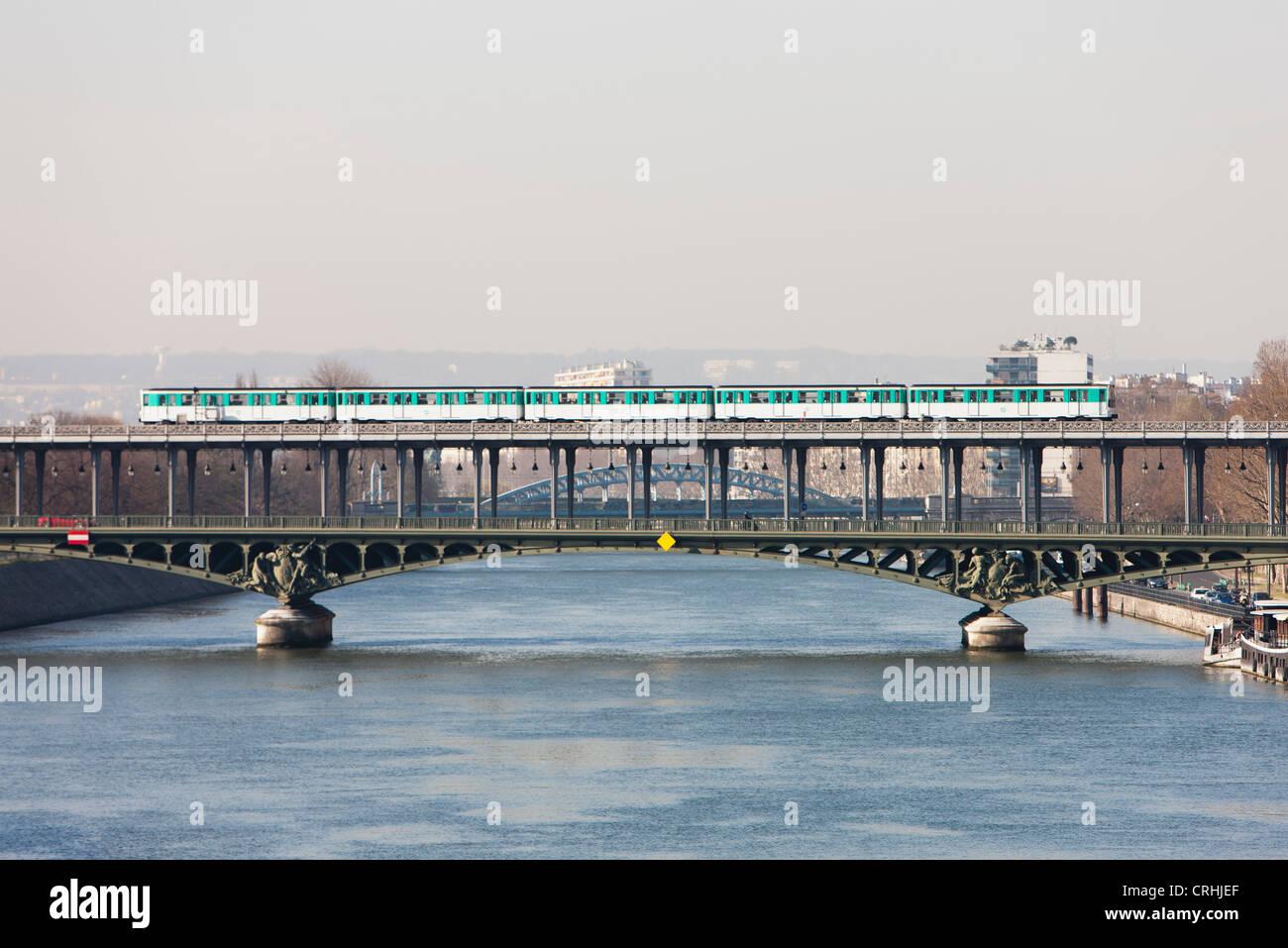 Paris metro crossing Pont de Bir-Hakeim, Paris, France - Stock Image