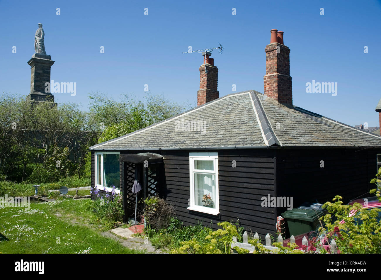 Wooden cottage & the memorial to Lord Collingwood, Tynemouth. Stock Photo