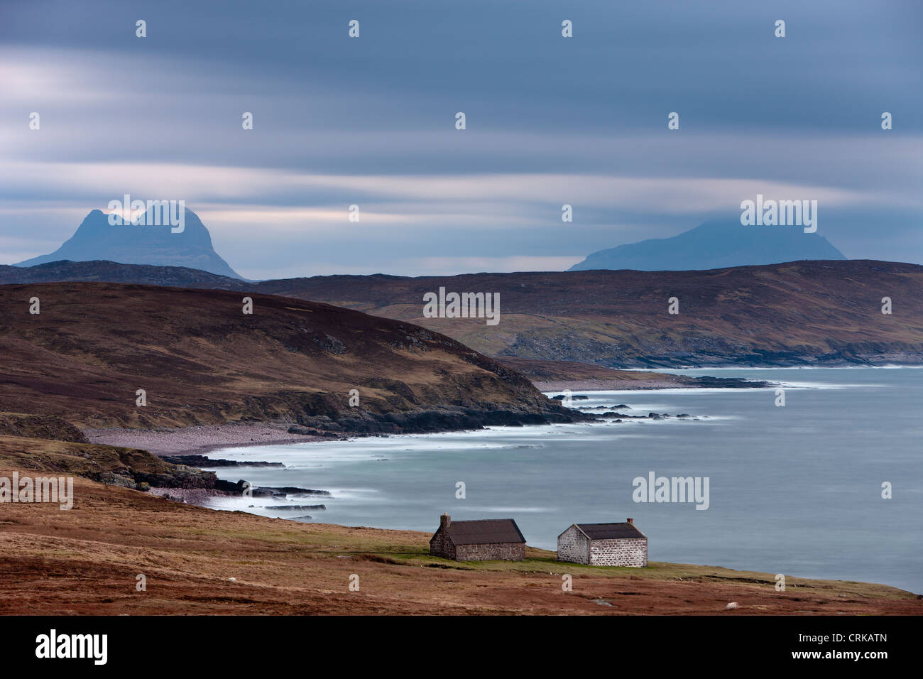 two cottages on the shore at Stoer, with the peaks of Suilven & Cul More beyond, Assynt, Sutherland, Scotland - Stock Image