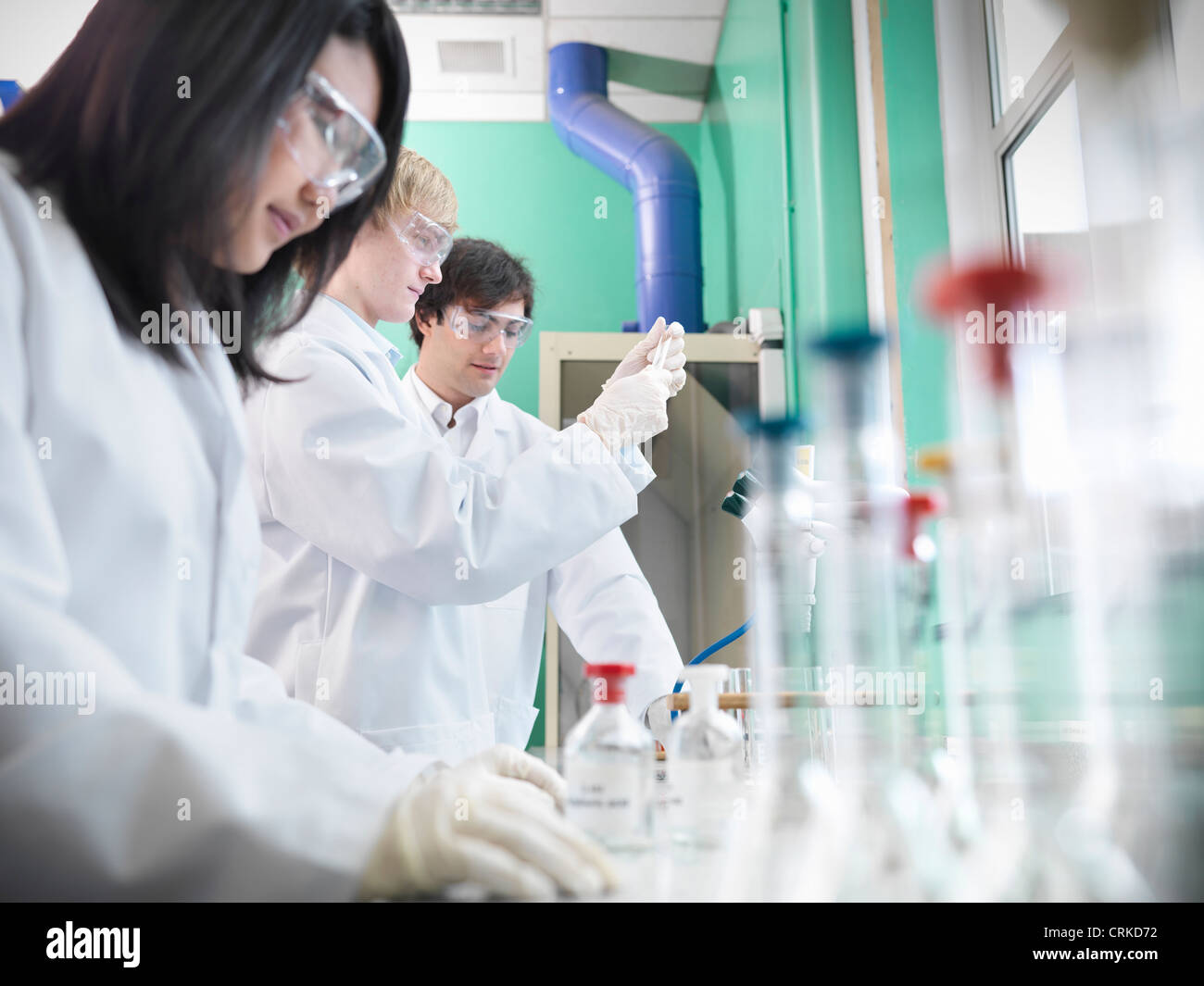 Chemistry students working in lab - Stock Image
