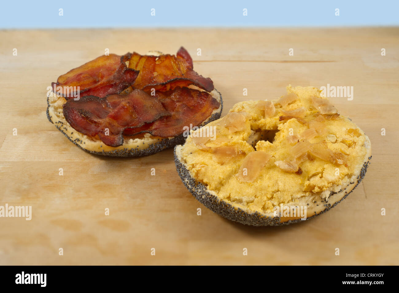 Bagel with humus and bacon - Stock Image