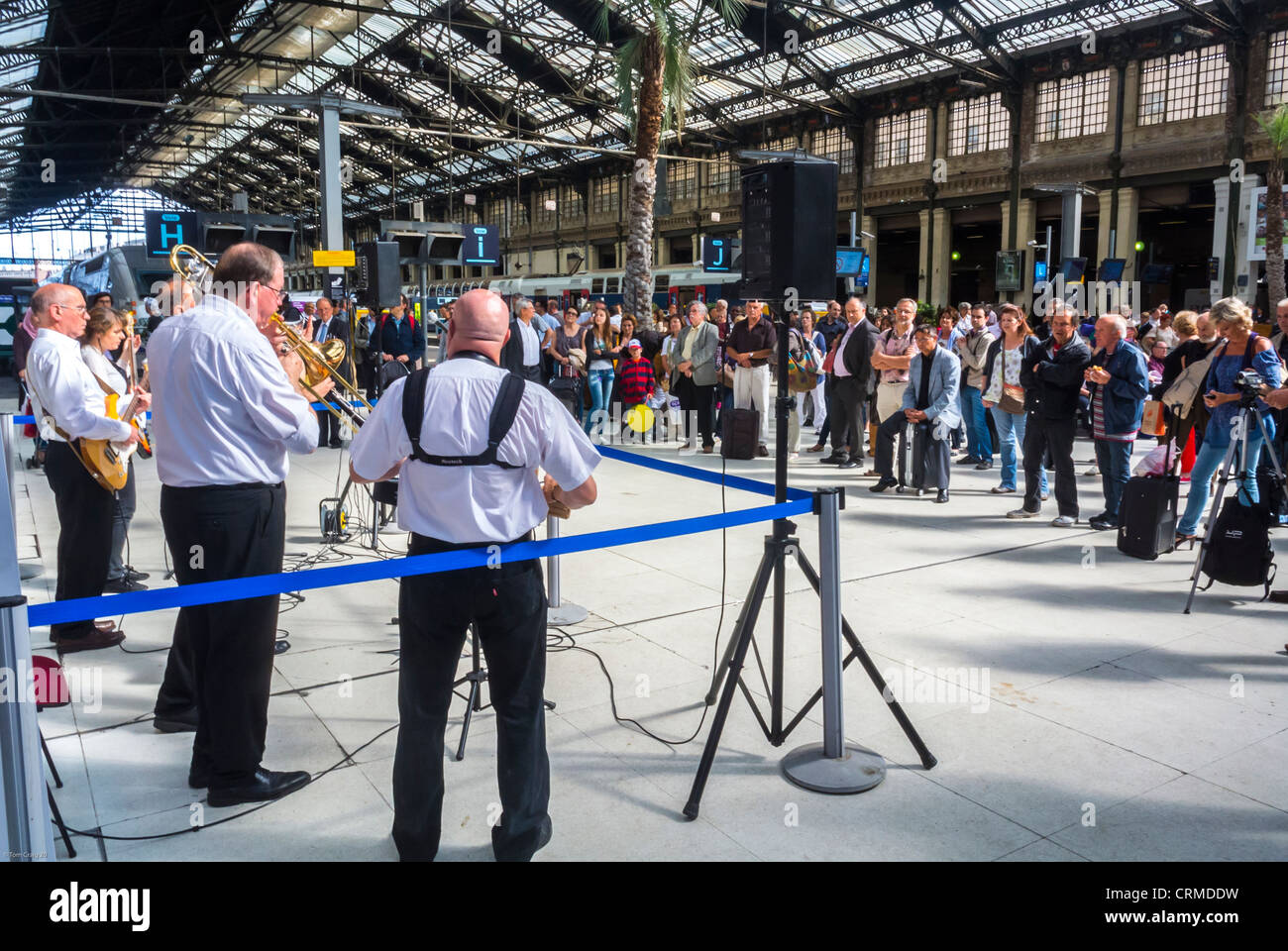 Paris, France, Large Audience, at New Orleans Jazz Band, Orchestra Performing in Train Station, National Music Festival, - Stock Image