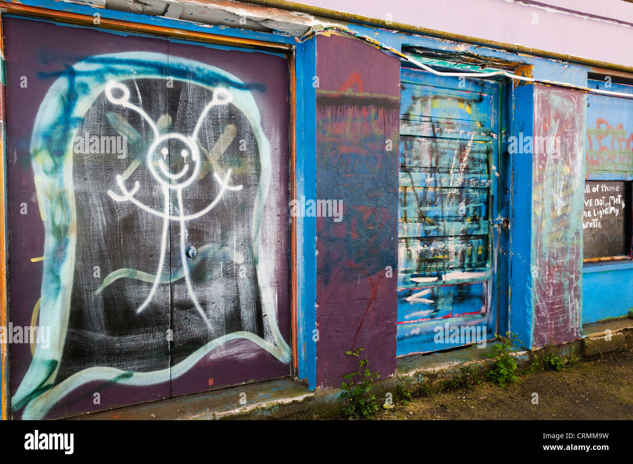 Colorful graffiti filled walls in an alley in downtown Aberdeen, Washington. - Stock Image