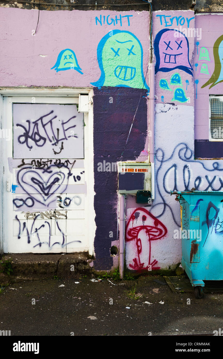 Vertical section of an alley filled with graffiti in downtown Aberdeen, Washington. - Stock Image
