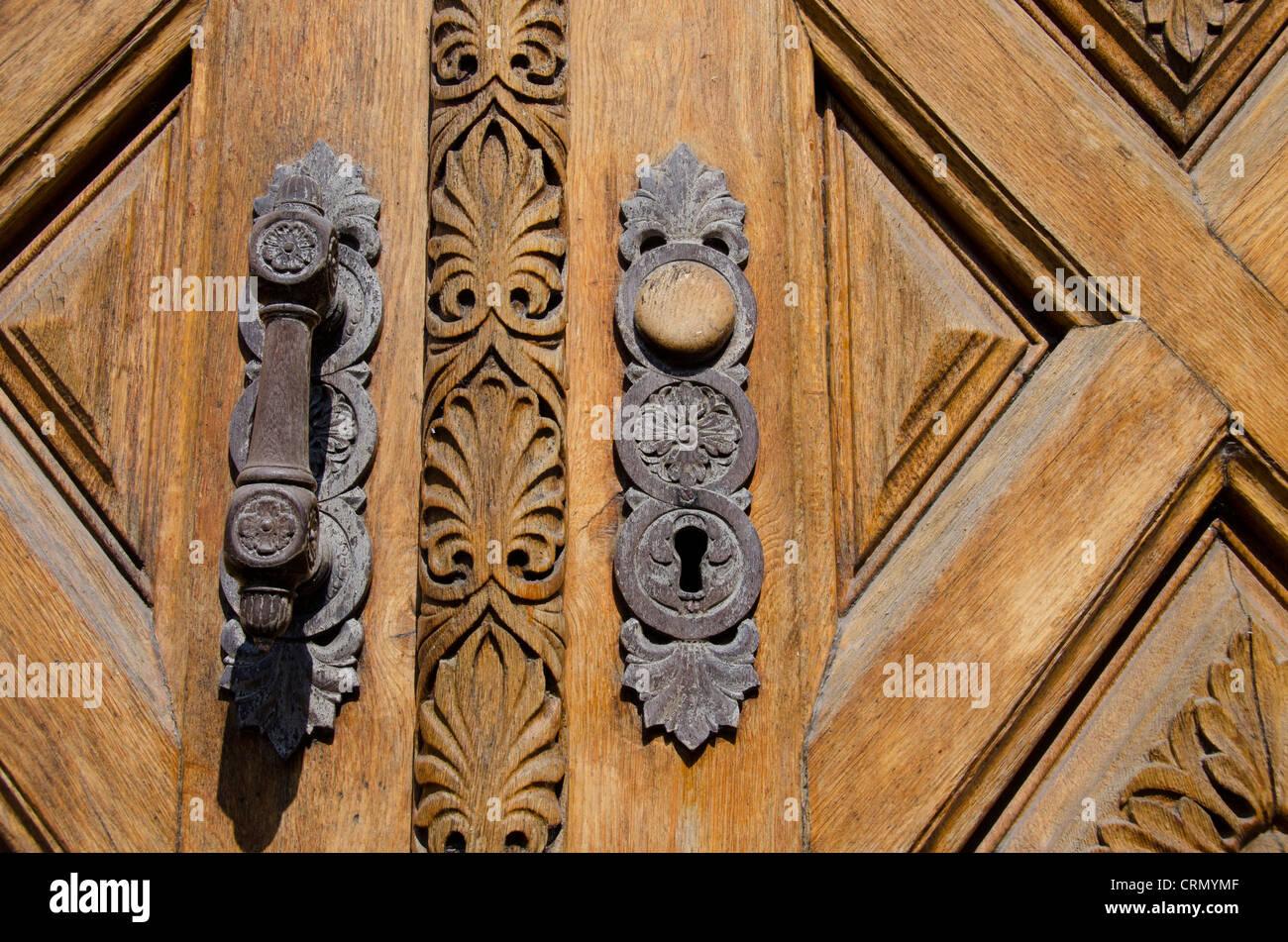 Denmark, Helsingoer. Ornate wooden door of the Helsingoer Kommune Radhus building in downtown Helsingoer. - Stock Image