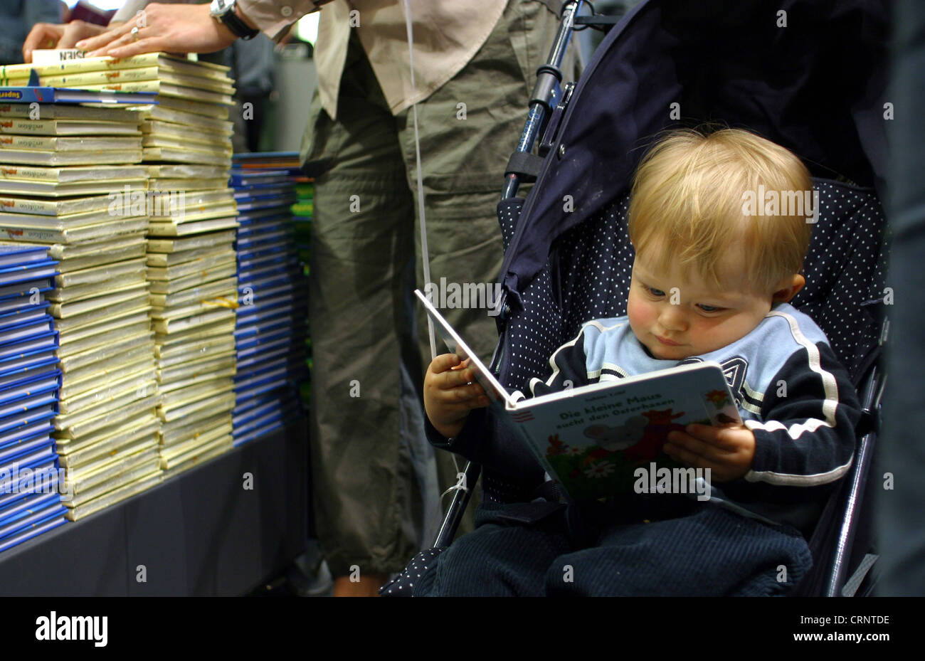 Child reading a book - book store in Essen Stock Photo