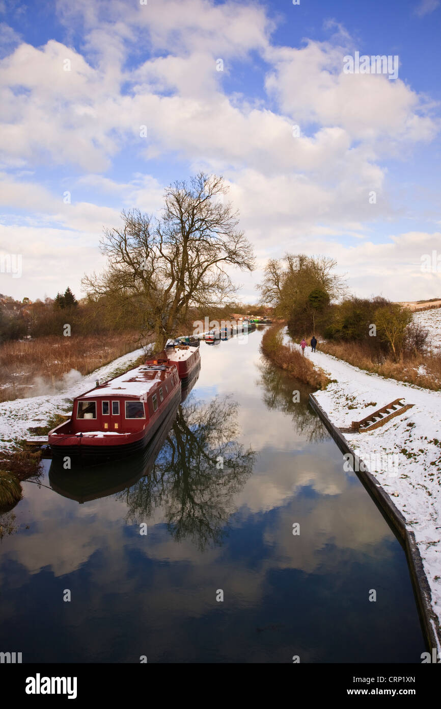 Snow covering the towpath along the Kennet and Avon Canal at Great Bedwyn. Stock Photo