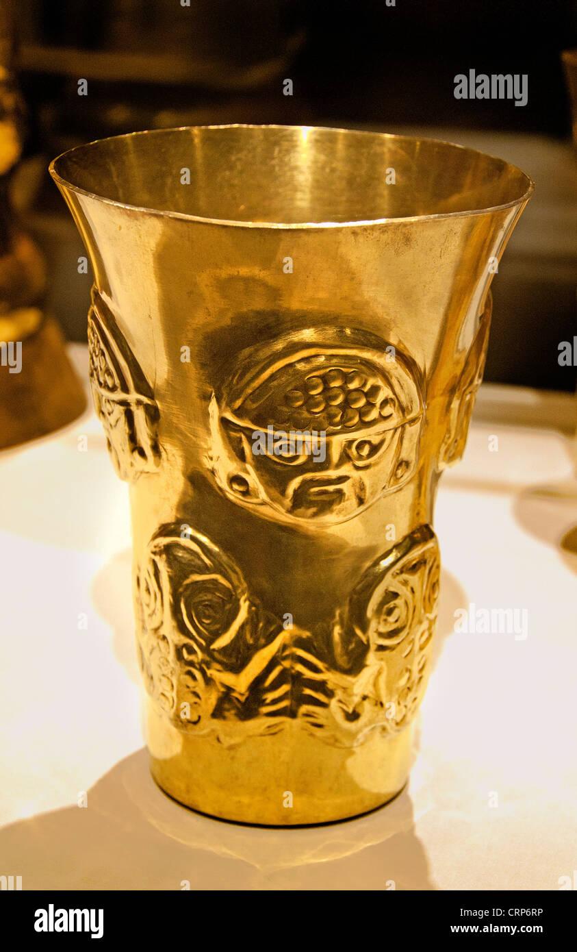 Inverse Face Beaker  9th–11th century Peru La Leche River Sicán Lambayeque Gold - Stock Image