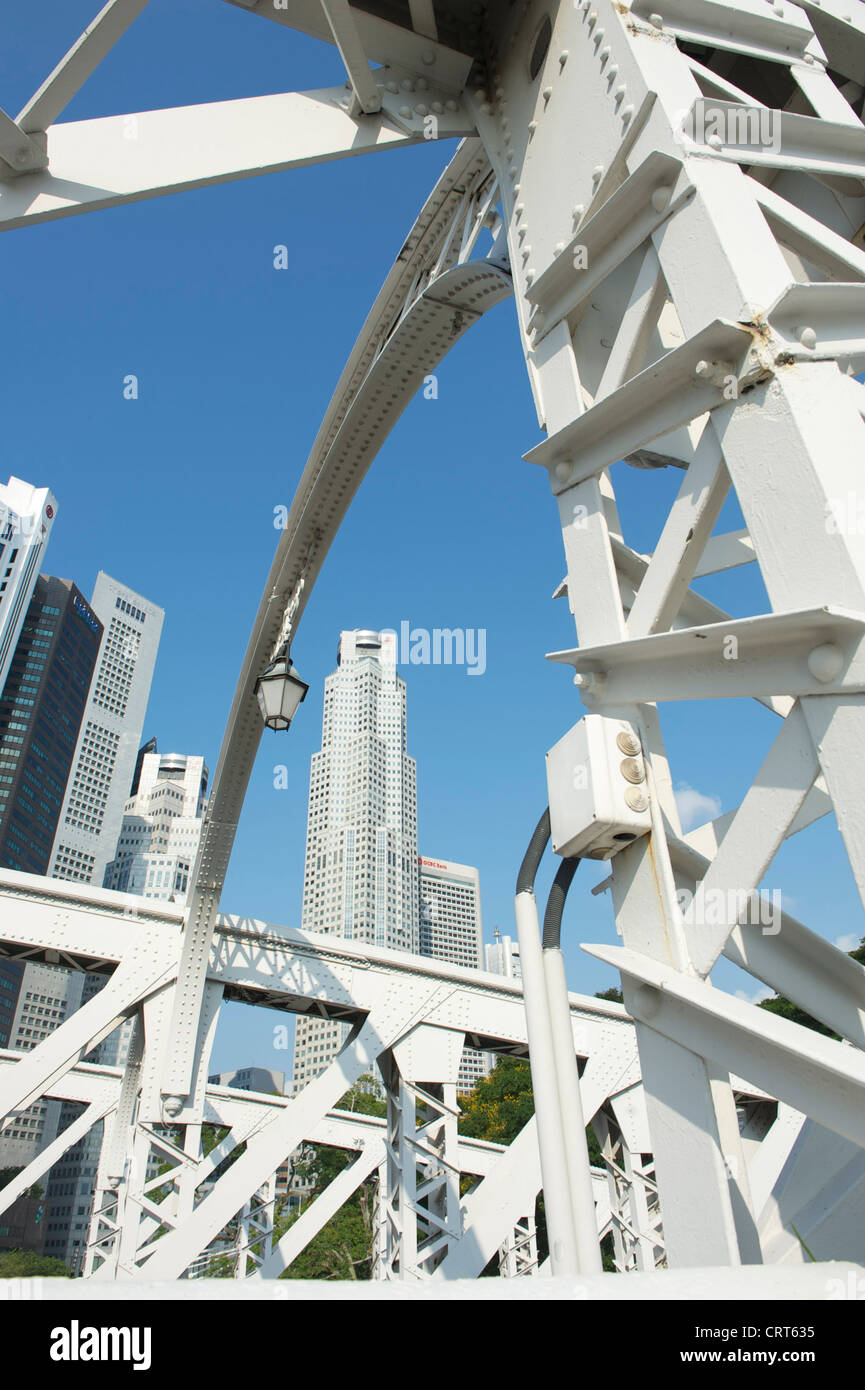 Looking at the skycrapers of the city centre from Anderson Bridge at the mouth of the Singapore river - Stock Image