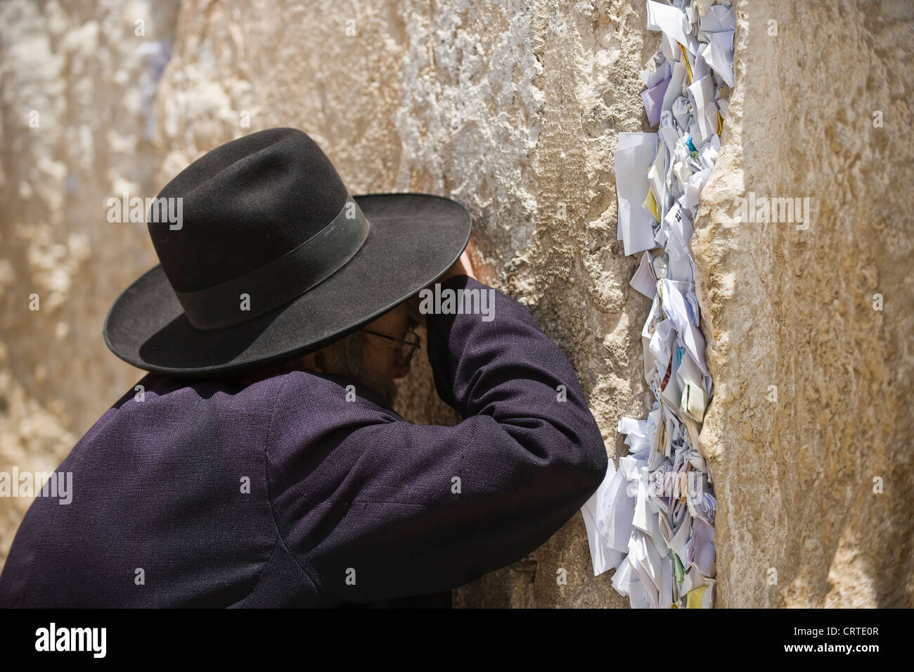 Religious Jewish man praying at the wailing wall Jerusalem in Palestine/ Isreal - Stock Image