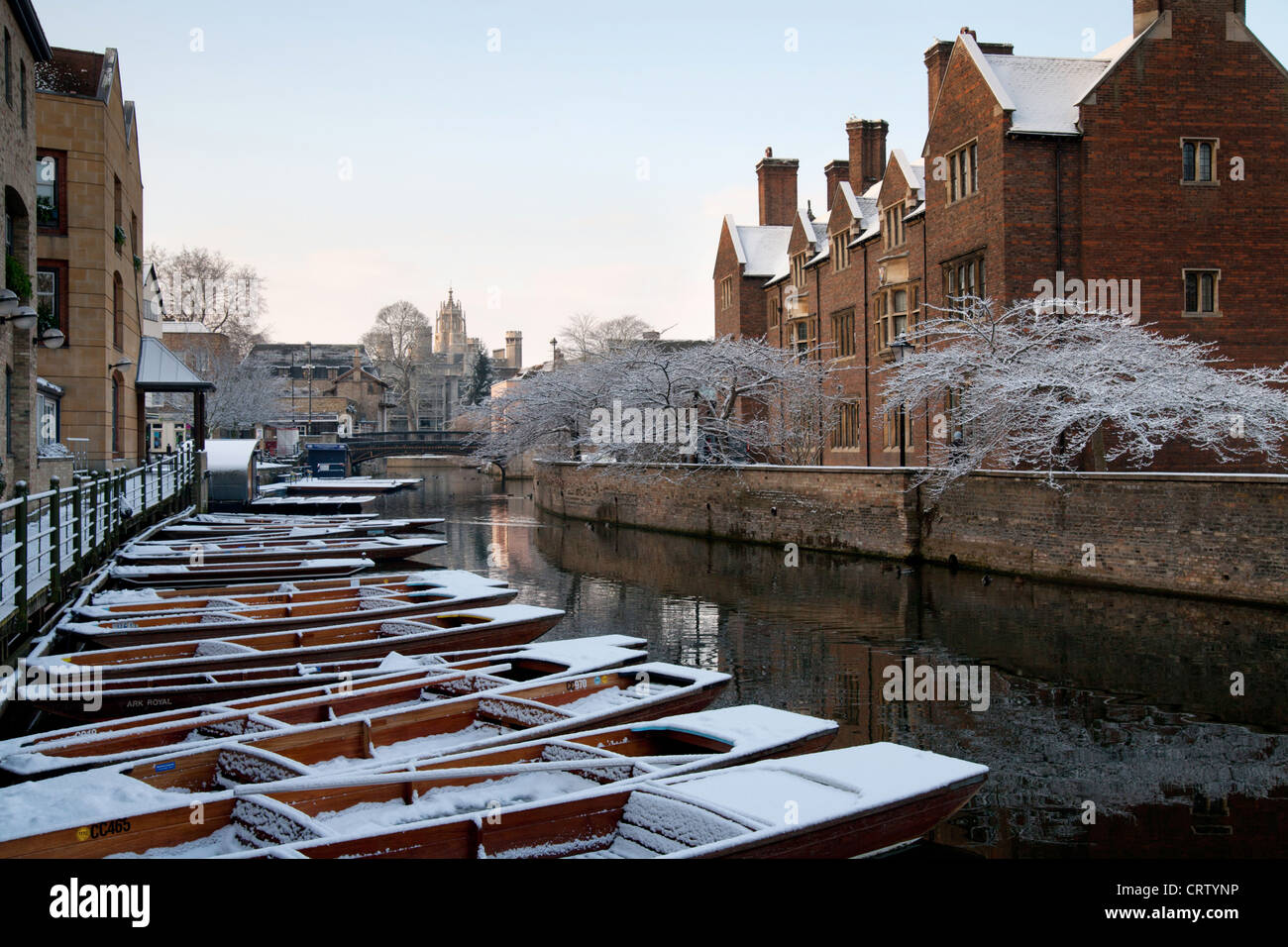 Snowy Punts on River Cam, Cambridge opposite Magdalene College. Stock Photo
