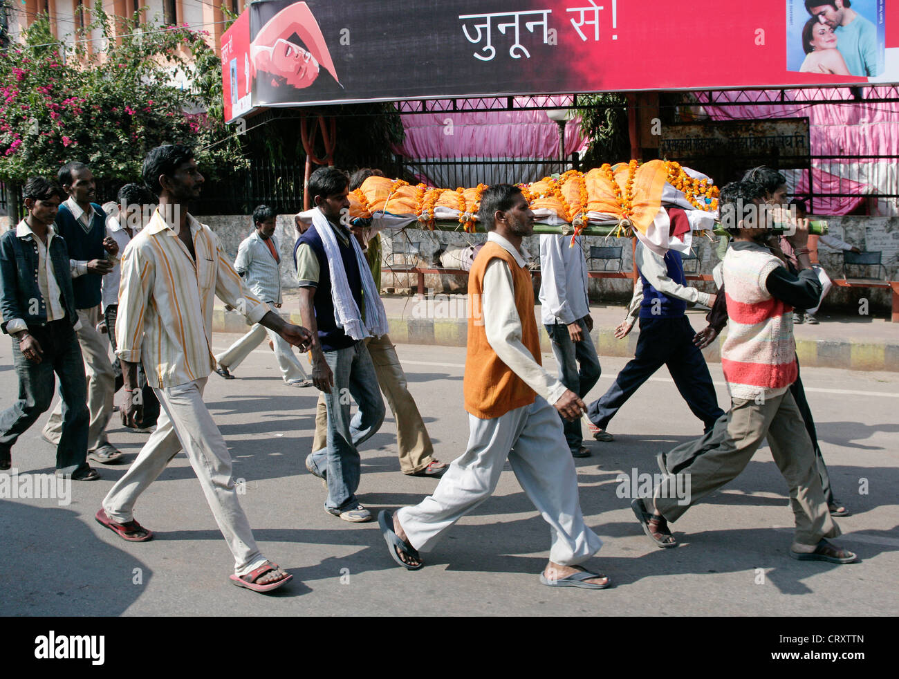 men carrying a wraped dead person to a funeral, Lucknow, Uttar Pradesh, India - Stock Image