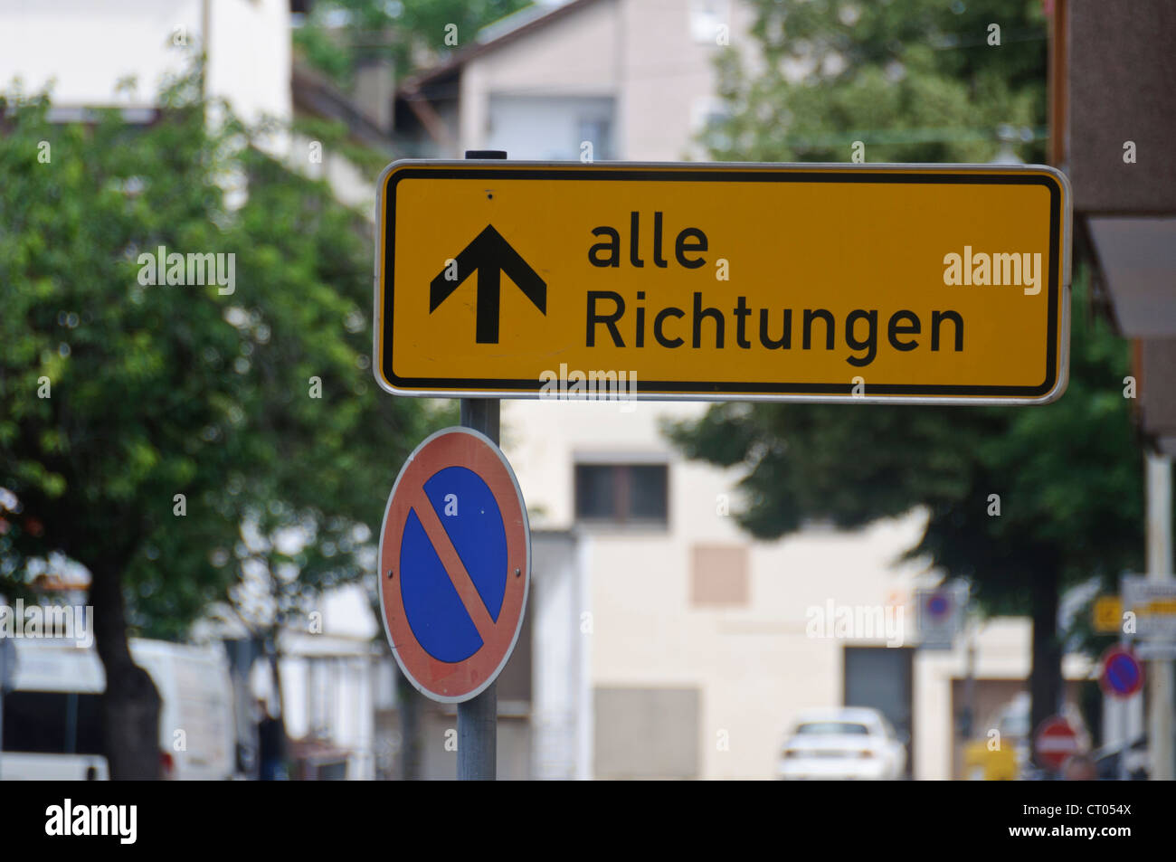 German Direction Sign 'Alle Richtungen' 'All Directions' Traffic Sign 'Eingeschraenktes Halteverbot' - Stock Image